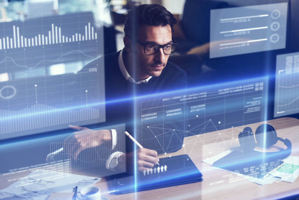 Homme travaillant sur un ordinateur futuriste