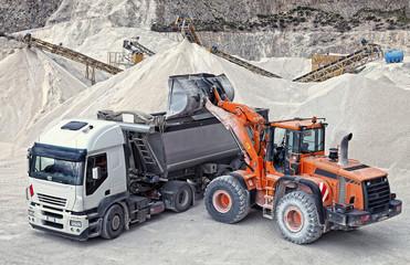 Tractopelle remplissant un camion