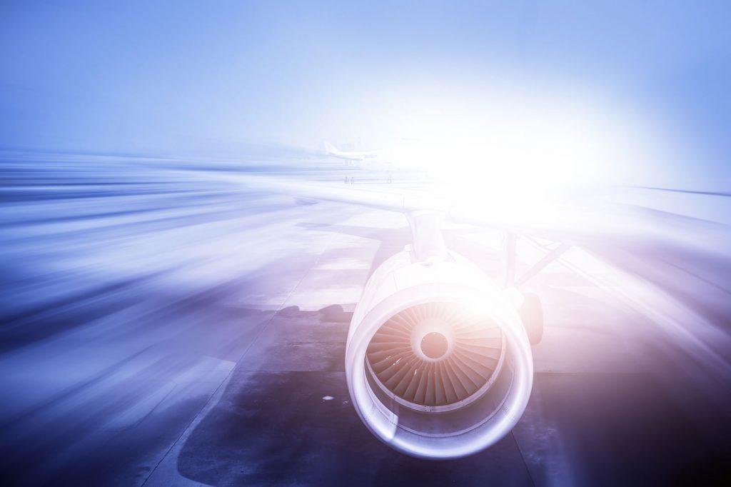 Avion et soleil au loin au dessus des nuages